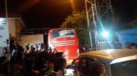 Bus pengangkut puluhan jaksa tiba di Nusakambangan (Hanz Jimenez Salim/Liputan6.com)