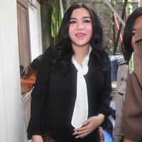 Vicky Shu sebagai saksi sidang First Travel di PN Depok (Nurwahyunan/bintang.com)
