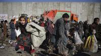 Anak-anak mencari barang-barang plasatik di tempat pembuangan sampah di Kabul, Afghanistan (15/12/2019). Menurut statistik PBB, Afghanistan adalah salah satu negara termiskin di dunia di mana anak-anak menjadi sasaran kemiskinan dan kekerasan ekstrem setiap hari.  (AP Photo/Altaf Qadri)