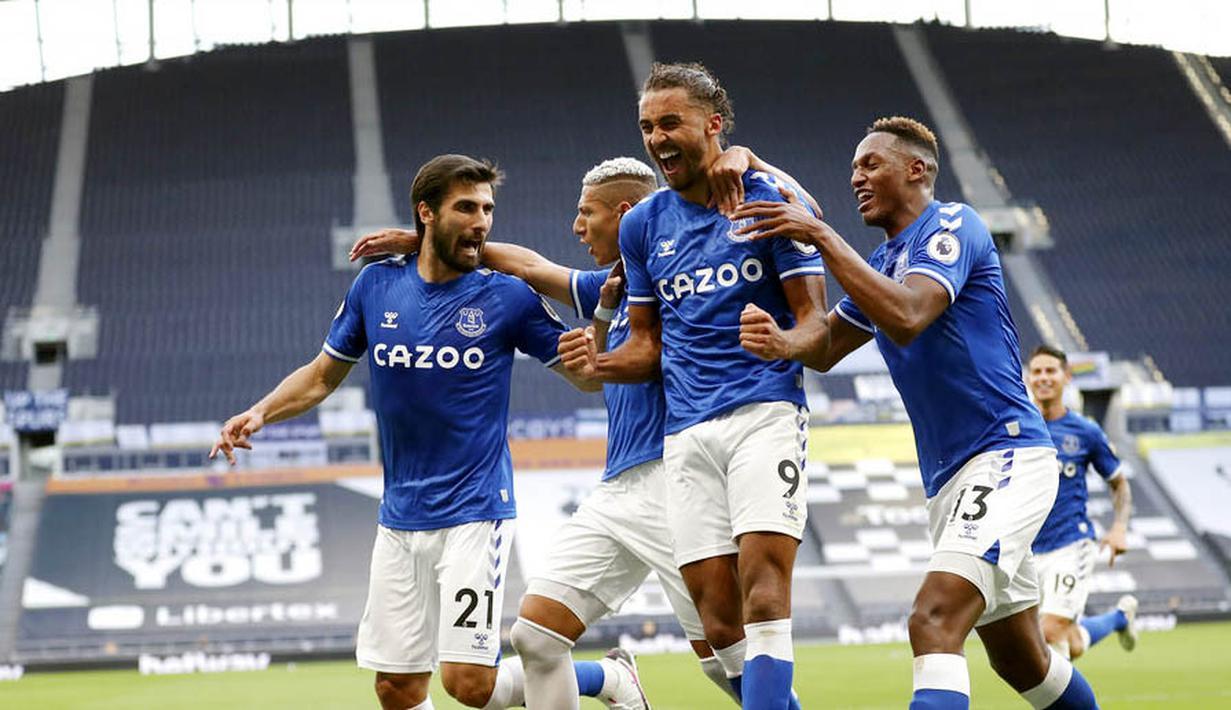Para pemain Everton merayakan gol yang dicetak oleh Dominic Calvert-Lewin ke gawang Tottenham Hotspur pada laga Premier League di Stadion Tottenham Hotspur, Senin (14/9/2020). Everton menang dengan skor 1-0. (Cath Ivill/Pool via AP)
