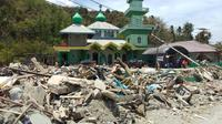 Masjid Babul Jannah di loli Saluran, Banawa, Kabupaten Donggala menarik perhatian warga. Tempat ibadah in menjadi saksi bisu dahsyatnya gempa dan tsunami menerjang Palu dan Donggala, Jumat 28 September 2018.