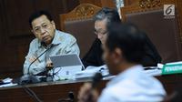 Terdakwa dugaan korupsi proyek e-KTP, Setya Novanto (kiri) menyimak keterangan saksi pada sidang lanjutan di Pengadilan Tipikor, Jakarta, Senin (12/3). Sidang mendengar keterangan saksi dan saksi ahli. (Liputan6.com/Helmi Fithriansyah)