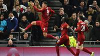 Striker Liverpool, Roberto Firmino, merayakan gol yang dicetaknya ke gawang Tottenham pada laga Premier League di Stadion Tottenham, London, Sabtu (11/1). Tottenham kalah 0-1 dari Liverpool. (AFP/Glyn Kirk)