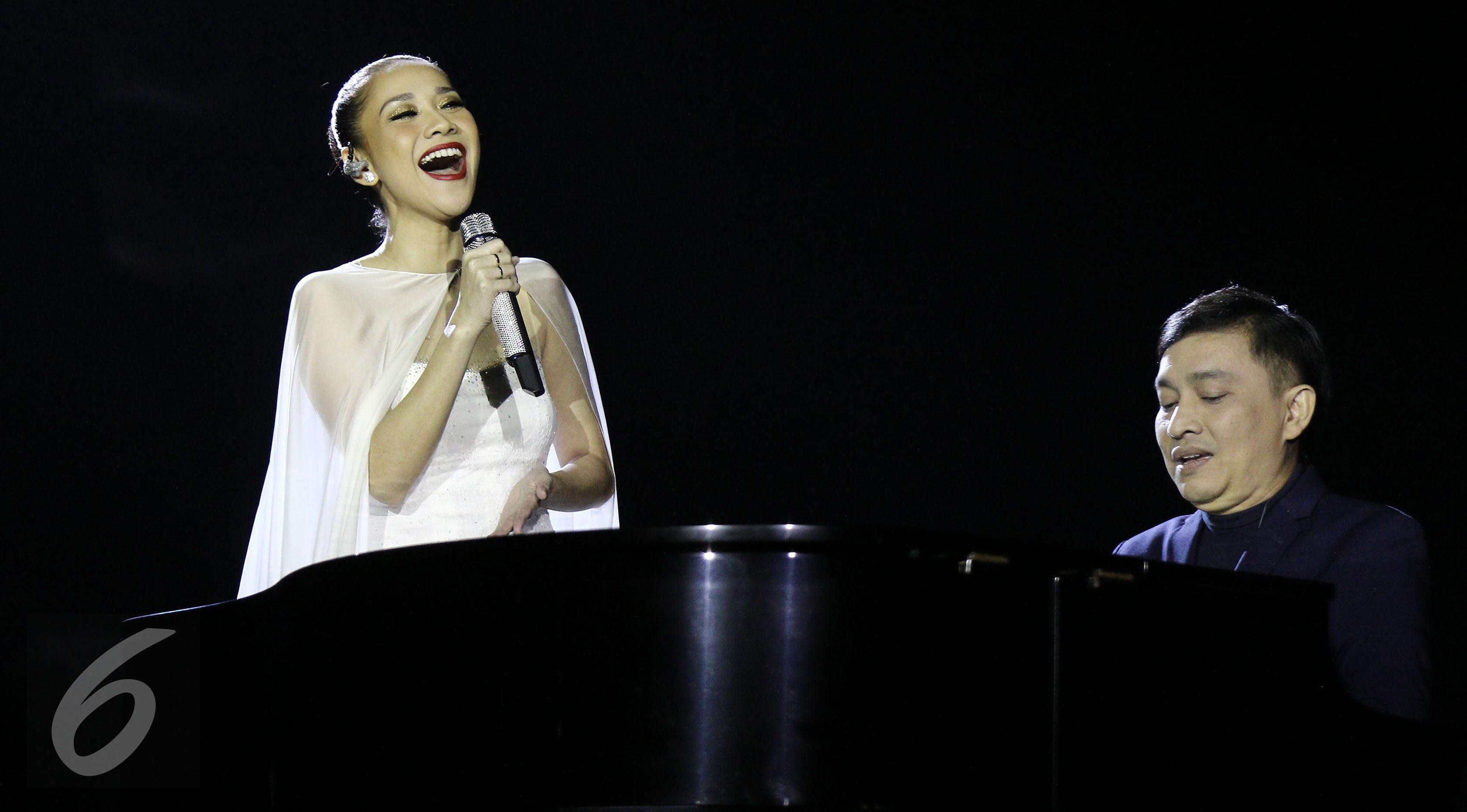 Penampilan Bunga Citra Lestari bersama Yovie Widianto dalam konser tunggalnya bertajuk