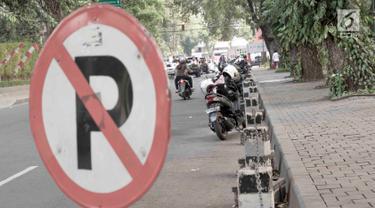 Hiraukan Rambu, Pemotor Tetap Parkir di Sekitar Taman Suropati