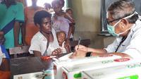 Begitu tiba di Asmat, tim medis dari Unhass langsung memeriksa 80 warga. Foto: (Fauzan/Liputan6.com)