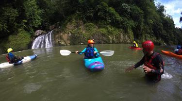 Peserta sekolah Kracak Kayak melakukan teknik mendayung saat simulasi sungai Cianten, Desa Situ Udik, kecamatan Cibungbulang, Bogor, Jawa Barat, Kamis (18/3). Kegiatan ini diikuti oleh ibu-ibu. (Merdeka.com/Imam Buhori)