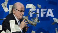 Ekspresi Presiden FIFA, Sepp Blatter, yang terkejut saat seorang pelawak Inggris, Simon Brodkin alias Lee Nelson melemparkan segepok uang dollar sebelum dimulainya konferensi pers di kantor FIFA di Zurich., Swiss. (20/7/2015). (AFP PHOTO/FABRICE COFFRINI)