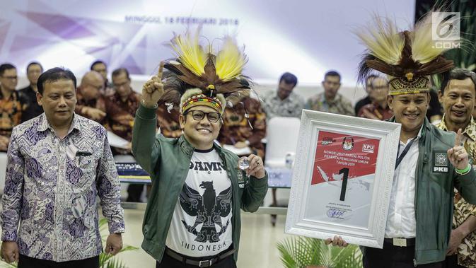 Ketua Umum Partai Kebangkitan Bangsa (PKB) Muhaimin Iskandar (tengah) mendapatkan nomor 1 sebagai peserta pemilu 2019 saat pengundian nomor urut parpol di kantor KPU, Jakarta, Minggu (19/2). (Liputan6.com/Faizal Fanani)