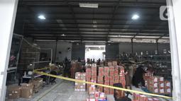 Suasana gudang kasus peredaran obat dan makanan ilegal di kawasan Sunter, Jakarta, Selasa (10/12/2019). Modus yang digunakan adalah penjualan via jasa pengiriman dan e-commerce di empat gudang di Jakarta Utara dan Selatan. (merdeka.com/Iqbal Nugroho)