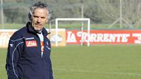Pelatih Napoli, Roberto Donadoni dalam sesi latihan pada 11 Maret 2009 di Castelvolturno. Donadoni diangkat setelah Napoli memecat Edy Reja. AFP PHOTO/ROBERTO SALOMONE