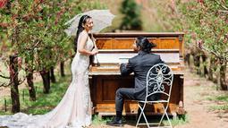 Keduanya melakukan sesi foto prewedding di sebuah taman. (Liputan6.com/IG/@rayrafi)