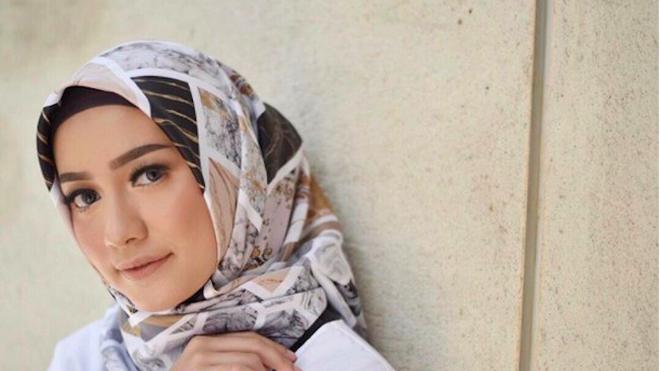5 Inspirasi Gaya Busana Hijab Dengan Atasan Warna Putih Fashion