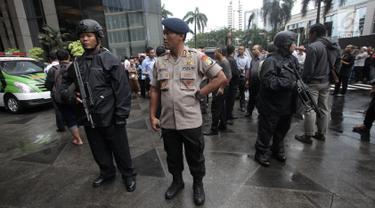 Petugas kepolisian bersenjata berjaga di sekitar lokasi Gedung BEI, Jakarta, Senin (15/1). Demi keamanan dan keselamatan, pihak keamanan menutup area sekitar lokasi gedung BEI yang ambruk. (Liputan6.com/Arya Manggala)