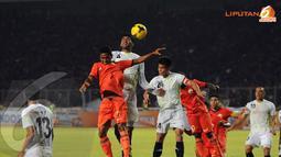 Permainan bola-bola atas seringkali diperlihatkan para pemain Persija saat berlaga melawan PDRM FA Malaysia pada Minggu (29/12/13) (Liputan6.com/ Helmi Fithriansyah)