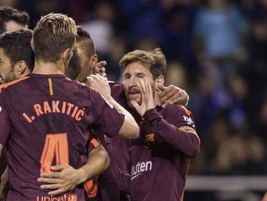 Para pemain Barcelona merayakan gol yang dicetak oleh Lionel Messi ke gawang Deportivo La Coruna pada laga La Liga di Stadion Riazor, Senin (30/4/2018). Barcelona menang 4-2 atas Deportivo La Coruna. (AP/Lalo R. Villar)