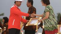 Direktur Legal & Corporate Affairs PT Nestlé Indonesia Debora R. Tjandrakusuma (kanan) saat menerima penghargaan dari Menpora di Haornas 2017 (istimewa)
