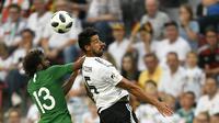 Gelandang Jerman, Samy Khedira, duel udara bek Arab Saudi, Yasser Al-Shahrani, pada laga uji coba di Stadion BayArena, Jumat (8/6/2018). Jerman menang 2-1 atas Arab Saudi. (AP/Martin Meissner)