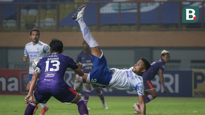 Penyerang Persib Bandung, Wander Luiz (kanan) berusaha mencetak gol ke gawang Persita Tangerang dalam laga pekan kedua BRI Liga 1 2021/2022 di Stadion Wibawa Mukti, Cikarang, Sabtu (11/09/2021). Persib menang 2-1. (Foto: Bola.com/Bagaskara Lazuardi)