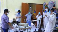 Pemerintah Kota Tangerang melalui Dinas Ketenagakerjaan memproduksi baju hazmat dan masker kain di tengah wabah Corona. (Liputan6.com/Pramita Tristiawati)