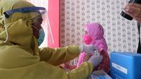 Kepala Bidang Pencegahan, Pengendalian Penyakit, dan Kesling Dinkes Palu, drg Lutfiah, saat divaksin dosis ke-2 di Puskesmas Mabelopura, Kamis (28/01/2021). (Foto: Heri Susanto/ Liputan6.com).