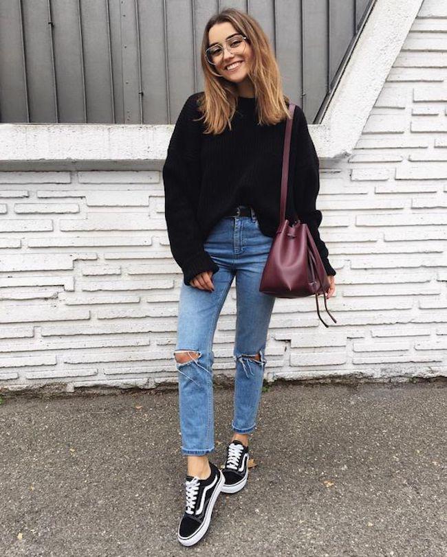 Penampilan kasual untuk busana kantor bisa kamu padukan dengan jeans, sweater hitam dan sepatu vans favoritmu. Pakai sling bag warna merah maroon perpaduan warna yang keren banget lho. (sumber foto: instagram.com/pinterest)