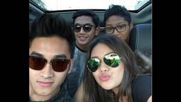Sabtu (25/10/2014), Tommy Rumengan mengunggah foto kebersamaannya dengan Aurel dan adiknya, Azriel serta seorang pria di dalam sebuah mobil. (instagram.com/tommyrumengan)