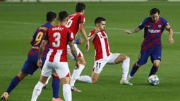 Striker Barcelona, Lionel Messi, berusaha melewati pemain Athletic Bilbao pada laga La Liga di Stadion Camp Nou, Selasa (23/6/2020). Barcelona menang 1-0 atas Athletic Bilbao. (AP/Joan Monfort)