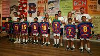 Pemain terbaik Milo Football Championship 2019 mendapatkan jersey Barcelona di Cuitat Esportiva, Barcelona. (Ist)