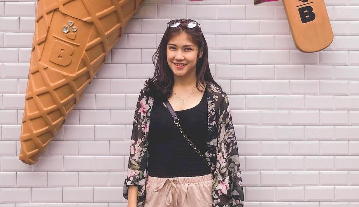 Pada akun Instagramnya, Olivia sering mengunggah kegiatan sehari-harinya sebelum masuk MasterChef Indonesia. Ia sering kali tampil dengan gaya kasual memakai pakaian berwarna hitam dan outer tipis berwarna senada. (Liputan6.com/IG/@olivia.mci8)