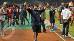 Pelatih Timnas U19, Indra Sjafri mengacungkan dua jempol dan larut dalam selebrasi kemenangan (Liputan6.com/Helmi Fithriansyah)