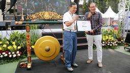 Dirut PT Asabri, Sonny Widjaja (kiri) menerima sertifikat dari Hermawan Kartajaya saat HUT ke 47 Asabri, Jakarta, Jumat (3/8). Asabri memberikan apresiasi khusus kepada pasukan oranye di cawang dengan membagikan sembako gratis. (Liputan6.com/Pool/Asabri)