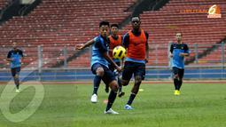 Penyerang Timnas Indonesia Samsul Arif berusaha lolos dari kawalan Victor Igbonefo saat berlatih di Stadion GBK Jakarta (Liputan6.com/ Helmi Fithriansyah)