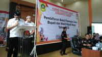Vicky Rhoma Irama Daftar ke KPU Bogor di Hari Pertama Pendaftaran. (Liputan6.com/Achmad Sudarno)