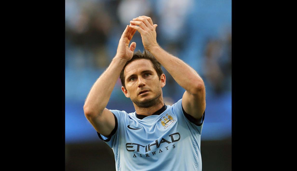 Pemain tengah Manchester City, Frank Lampard, memberikan penghormatan usai berlaga kontra Chelsea di Stadion Etihad, (21/9/2014). (REUTERS/Suzanne Plunkett)