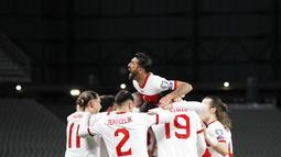 Para pemain Turki merayakan kemenangan atas Belanda pada laga kualifikasi Piala Dunia 2022 di Stadion Olimpiade Ataturk, Kamis (25/3/2021). Turki menang dengan skor 4-2. (Murad Sezer/Pool Photo via AP)