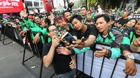 CEO GO-JEK Nadiem Makarim berswafoto bersama mitra GO-JEK saat menghadiri Pasar Malam di GO- FOOD Festival di GBK, Jakarta (11/5). Acara ini digelar sebagai bentuk apresiasi kepada mitra GO-JEK yang berprestasi. (Liputan6.com/Fery Pradolo)