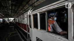 Petugas mengoperasikan lokomotif saat pemeriksaan rutin di Depo Kereta Cipinang, Jakarta, Kamis (29/4/2021). Depo di atas lahan 9 hektare memiliki 14 jalur dan rutin melakukan perawatan sebanyak 42 lokomotif tiap harinya, baik kereta barang maupun penumpang. (merdeka.com/Iqbal S. Nugroho)