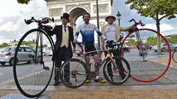 Pembalap sepeda Inggris, Mark Beaumont berpose di Arc de Triomphe, Paris, setelah menyelesaikan tur keliling dunia selama 78 hari, Senin (18/9). Mark melakukan perjalanan tanpa pendamping khusus alias bersepeda sendirian. (CHRISTOPHE ARCHAMBAULT / AFP)