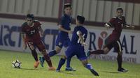 Gelandang Timnas Indonesia, Septian David Maulana, berusaha melewati pemain Thailand di Stadion PTIK, Jakarta, Kamis, (31/5/2018). (Bola.com/M Iqbal Ichsan)