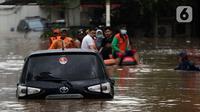 Petugas menggunakan perahu karet mengevakuasi beberapa warga yang terjebak banjir di kawasan Jalan Kemang Raya, Jakarta, Sabtu (20/2/2021). Hujan yang mengguyur Jakarta sejak Jumat (19/2) membuat sejumlah titik di Jakarta terendam banjir. (Liputan6.com/Helmi Fithriansyah)