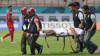 Pesepak bola Arab Saudi, Alamri Abdulelah Ali ditandu keluar lapangan oleh tim medis saat babak penyisihan Grup F Asian Games 2018 di Stadion Wibawa Mukti, Cikarang, Jawa Barat, Rabu (15/8). (INASGOC/Djuli Pamungkas/18)
