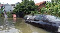 Banjir rata-rata setinggi paha orang dewasa masih merendam kawasan perumahan elite di Kota Bogor, Jawa Barat, Minggu (25/10/2020). (Liputan6.com/Achmad Sudarno)