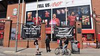 Poster anti Liga Super Eropa tergantung di luar stadion Anfield, markas klub sepak bola Liga Utama Inggris Liverpool, Senin (19/4/2021). (Foto: AFP/Paul Ellis)