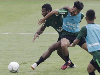 Pemain Timnas Indonesia U-22, Marinus Wanewar, berebut bola dengan Hanif Sjahbandi saat latihan di Stadion Madya, Jakarta, Selasa (15/1). Latihan ini merupakan persiapan jelang Piala AFF U-22. (Bola.com/Yoppy Renato)
