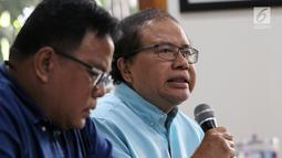 Ekonom senior Rizal Ramli menyampaikan kritikan kepada Capres Nomor Urut 01 mengenai pidatonya kemarin di Tebet, Jakarta, Senin (25/2). Rizal menyebut harusnya Jokowi berani untuk minta maaf kepada rakyat Indonesia. (Liputan6.com/Johan Tallo)