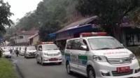 Iring-iringan ambulans membawa pasien positif Covid-19 dari klaster klub senam di Tasikmalaya. (Liputan6.com/ Pokja Pemkab Tasikmalaya)