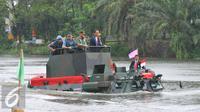 Presiden Joko Widodo menjajal Panser Anoa Amfibi saat menghadiri rapat pimpinan TNI di Mabes TNI, Cilangkap, Senin (16/1). Kedatangan Presiden Jokowi dalam rangka menghadiri Rapim TNI Tahun 2017. (Liputan6.com/Angga Yuniar)