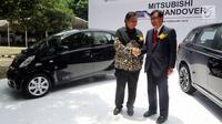 CEO Mitsubishi Motors Osamu Masuko foto bersama Menperin Airlangga Hartarto saat penyerahan 10 mobil listrik kepada pemerintah di Jakarta, Senin (26/2). Hibah tersebut untuk mendorong penggunaan kendaraan ramah lingkungan. (Liputan6.com/JohanTallo)