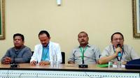 Ayah Aina, Adi Syahputra (kiri) bersama tim dokter RSUP M Djamil Kota Padang. (Liputan6.com/ Novia Harlina)